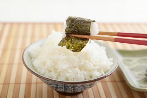 A set of rice and grilled seaweed