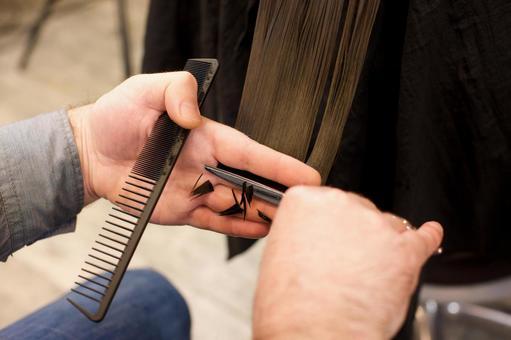 머리카락을 자르는 미용사의 손 1