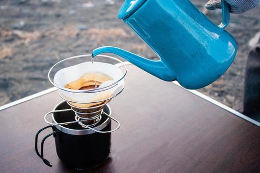野外でコーヒードリップ