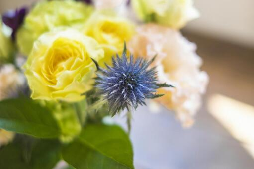 꽃다발을 꽃병에 장식