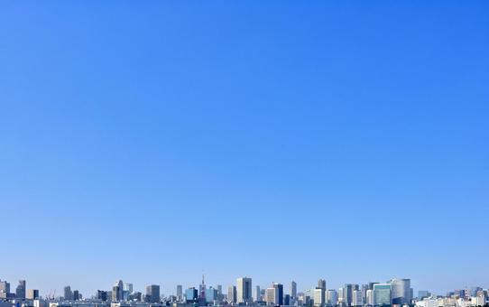 도쿄의 거리 풍경과 푸른 하늘