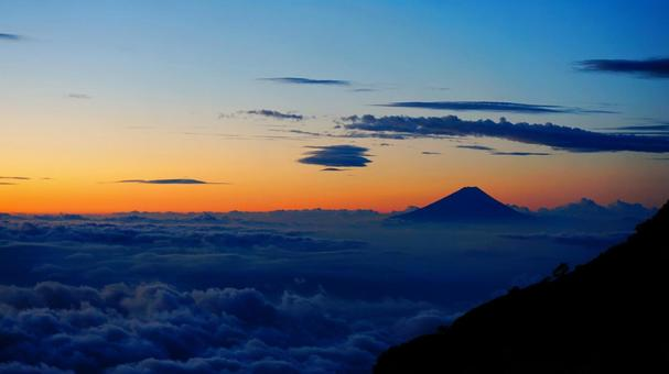 Asahi seen from Yatsugatake and Mt. Fuji floating in the sea of clouds 2