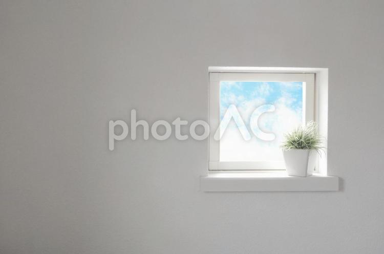 小窓から見える空とミニグリーンの写真