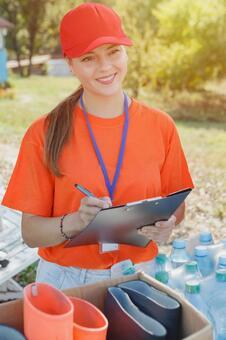 체크를하는 자원 봉사자의 여성