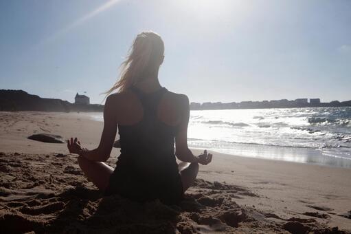 해변에서 요가를하는 외국인 여성 2