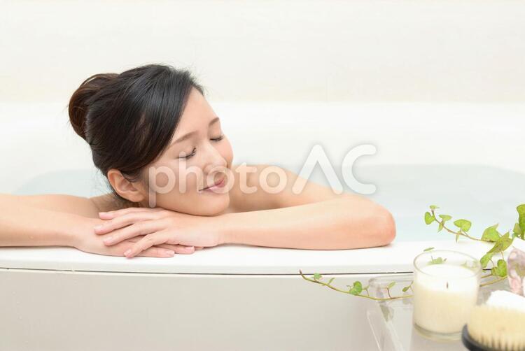 バスタイムを楽しむ女性の写真