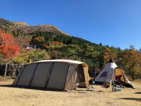 캠프 단풍과 텐트