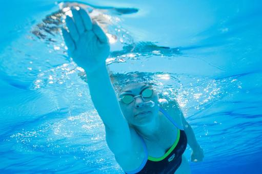 Underwater shooting swimming woman 6