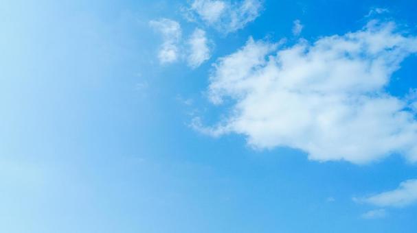 맑은 상쾌한 푸른 하늘과 아름다운 큰 구름이 오른쪽에있는 여름 풍경 (왼쪽 여백)