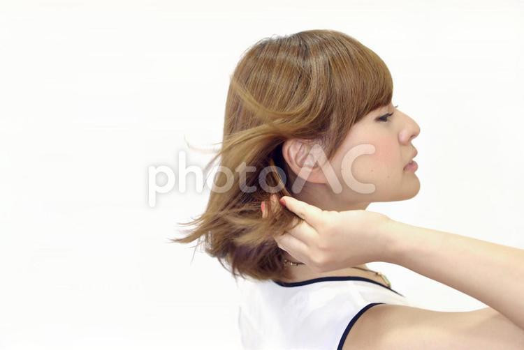 髪をなびかせる女性1の写真