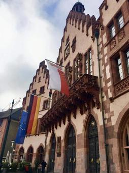 뢰머 광장의 건물과 국기