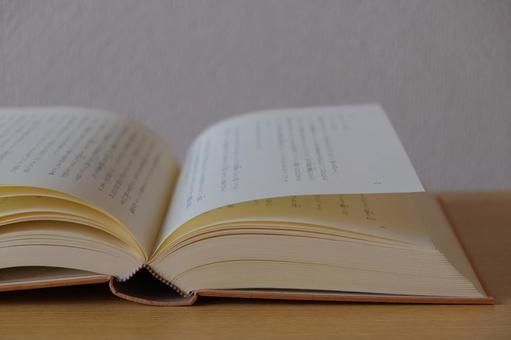 見開きの本 読書のイメージ素材