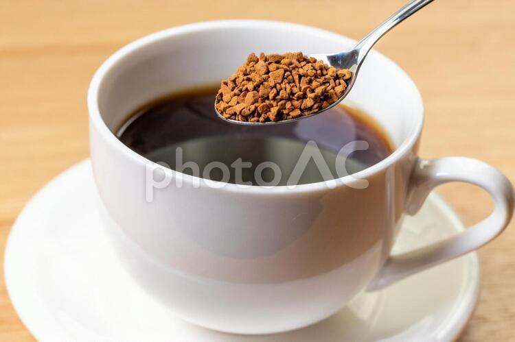 スプーン一杯のインスタントコーヒーの写真