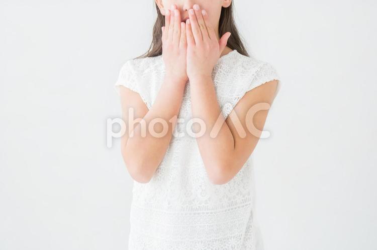 びっくりする女の子の写真
