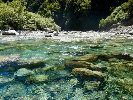 맑은 강물