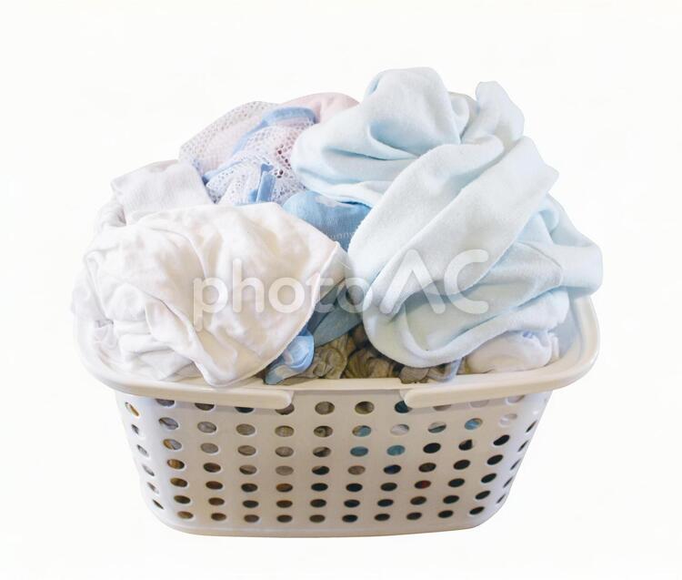 いっぱいの洗濯カゴ(psd背景透過可)の写真