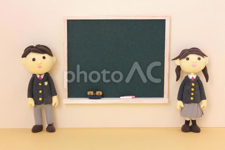黒板と男子学生3の写真