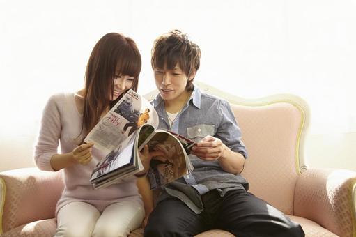 Couple seeing magazines 16