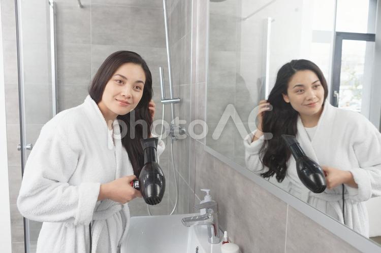 ドライヤーで髪を乾かす女性5の写真