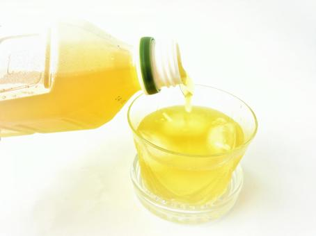 Pour the plastic bottle tea into the glass