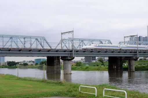 The riverbed of the Tama River and the Shinkansen