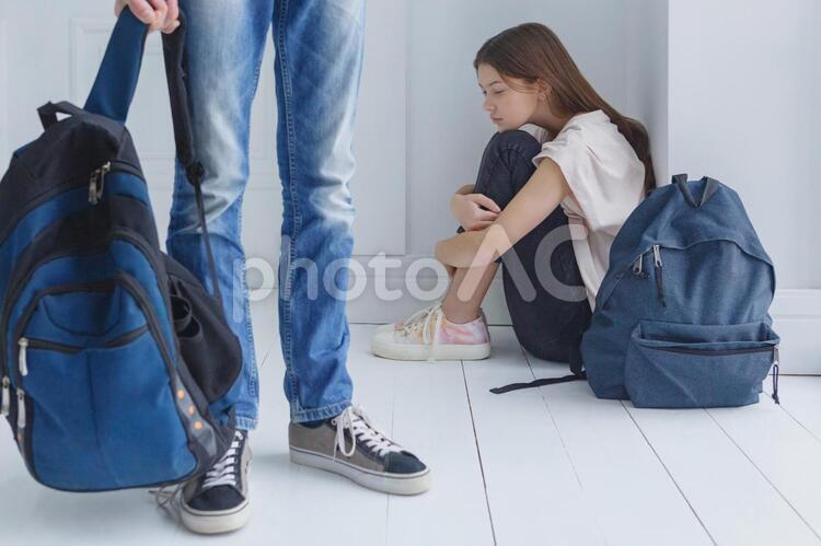 部屋の片隅に座る女の子の写真