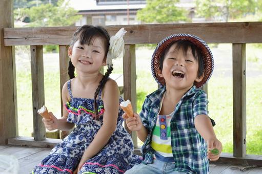 아이스크림을 먹는 아이들