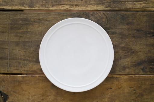 White and round plates