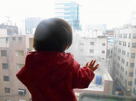 창 밖을 바라 보는 아이