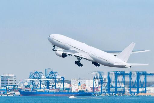 하네다를 날아 오르는 비행기와 도쿄만의 화물선