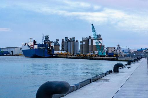 【이시카와 현 가나자와시】 가나자와 항 시멘트 공장과 화물선