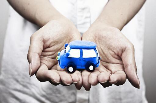 手掌的汽車