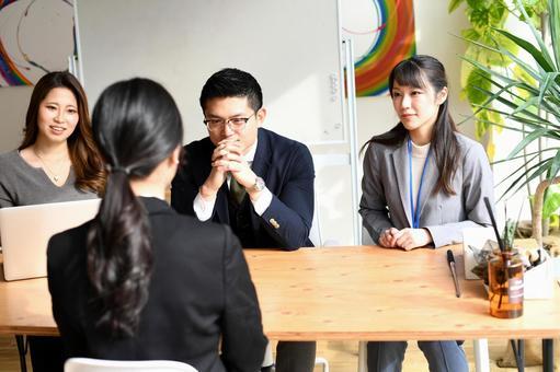 세련된 사무실에서 여러 남녀 면접관 면접 채용 시험의 이미지