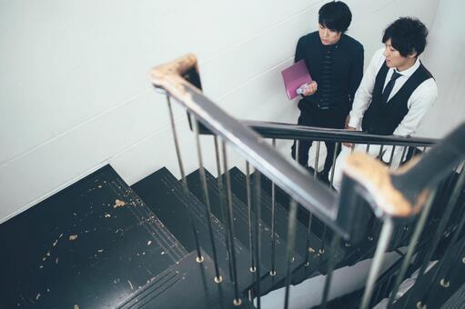 公司員工4爬樓梯
