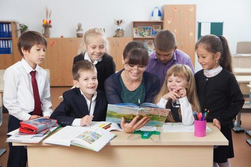 小学生围坐在老师8