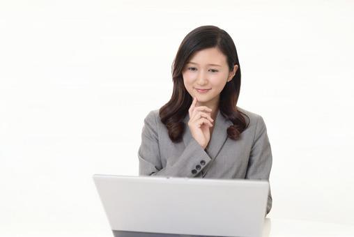 便攜式計算機上工作的女商人