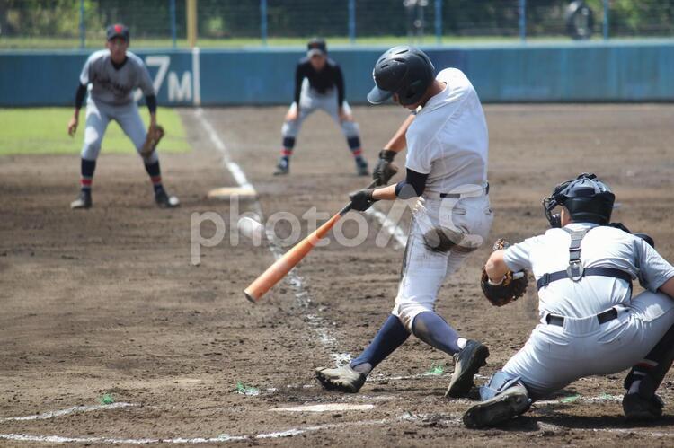 高校野球・素直なセンター返しのバッティングをしてチャンスを演出する左バッターの写真