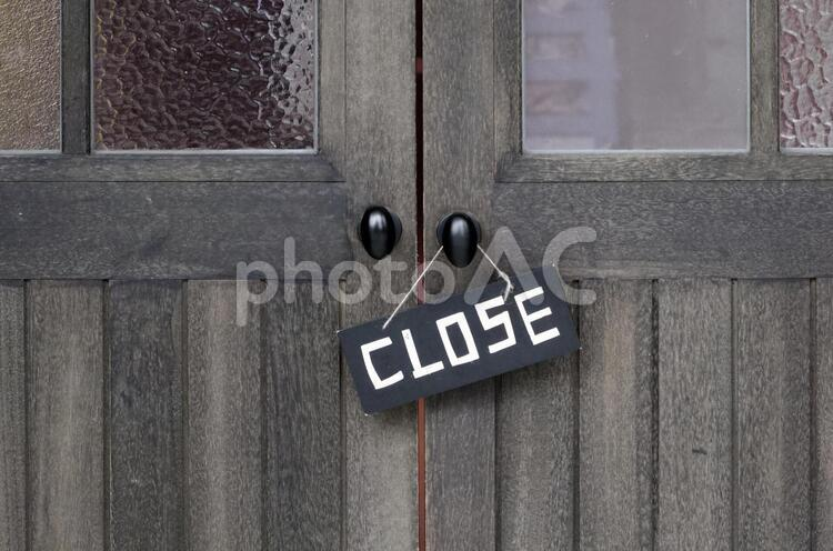 クローズしているお店の扉の写真