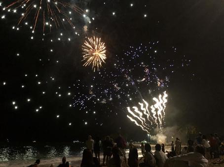 ワイキキビーチの打ち上げ花火