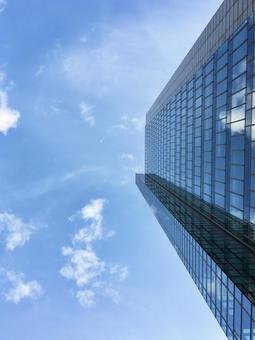 푸른 하늘과 빌딩