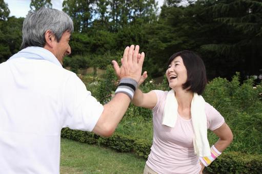 老年夫婦2打到手