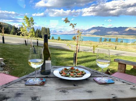 Luxury time to spend with white wine and snacks on the terrace (New Zealand)
