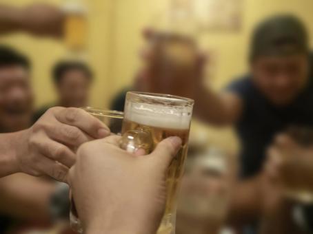 많은 동료와 회식에서 맥주로 건배