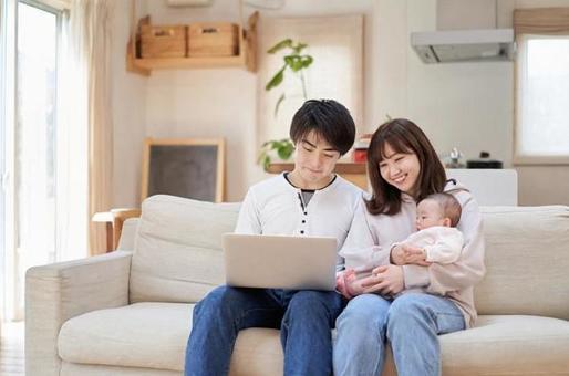 소파에서 노트북을 보는 아시아 인 가족