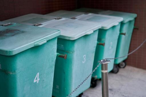 排列了4個垃圾桶