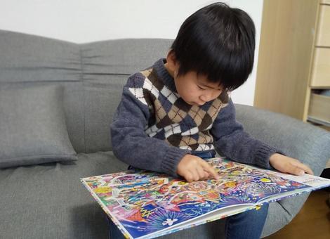 미로의 그림책을 보는 아이들