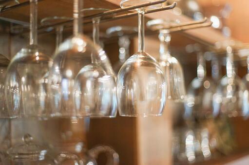 매달린 와인 잔