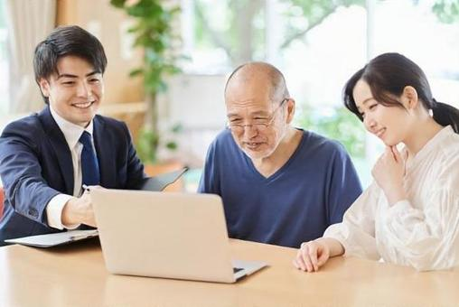 Elderly people who receive explanations by looking at the computer screen