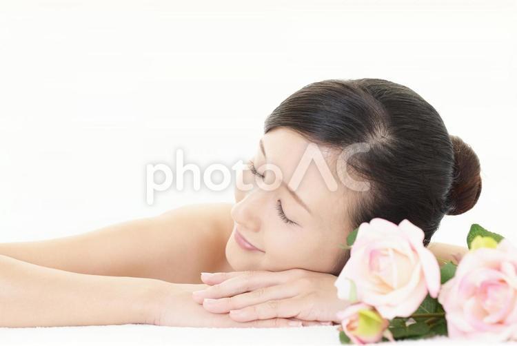エステサロンで寛ぐ女性の写真