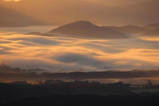 Sunrise in the sea of clouds 2